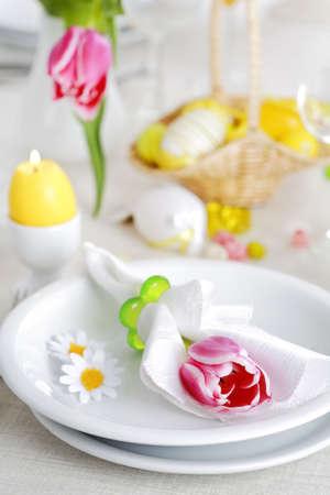 decoracion mesas: Lugar de seeting para Semana Santa en colores frescos  Foto de archivo