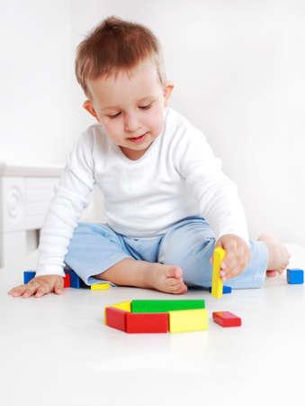 Lovely jongen afspelen met blokken Stockfoto