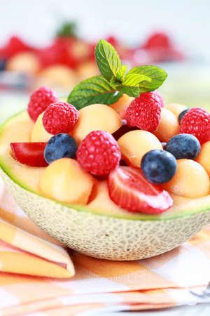 ensalada de frutas: Deliciosas frutas frescas sirvieron como postre en taz�n de mel�n