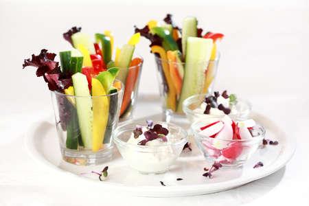 cagliata: Ortaggi bastoni con formaggio fresco servito in vetro per il catering