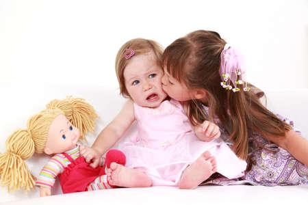 Enfants donnant un baiser les uns aux autres  Banque d'images