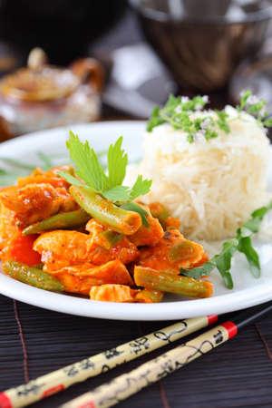 chicken curry: Red Chicken Curry-Streifen mit Reis und Gem�se