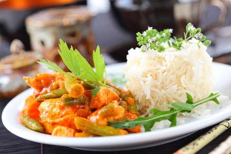 chicken curry: Red Chicken Curry Streifen mit Reis und Gem�se Lizenzfreie Bilder