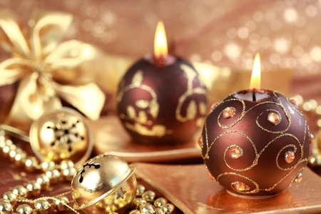 velas de navidad: Navidad Bodegón con velas y jingle bells en tono marrón y dorado