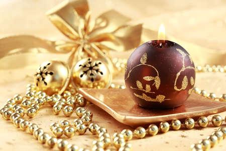 Natale still life con candele e jingle bells in tono marrone e dorata  Archivio Fotografico