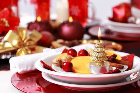 cena de navidad: Configuraci�n de lugar de Navidad con frutas frescas