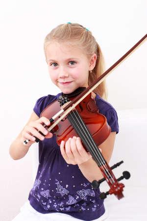 chiave di violino: Cute little ragazza riproduzione violino