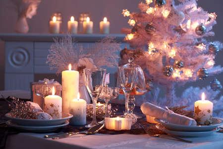 luz de velas: Configuraci�n de lugar de Navidad en blanco  Foto de archivo