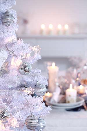 comida de navidad: Configuraci�n de lugar de Navidad en blanco con el �rbol de Navidad blanca  Foto de archivo