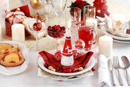 cena navide�a: Configuraci�n de la tabla para Navidad con perforaci�n de pastel de manzana y ar�ndano rojo