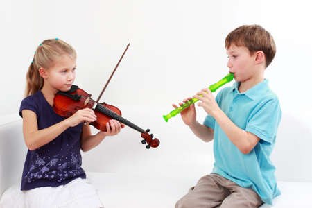 chiave di violino: Cute ragazzi giocando flauto e violino insieme