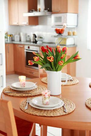 microondas: Cocina y comedor interior en casa de familia  Foto de archivo