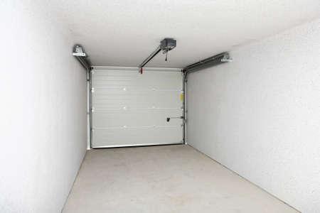 underlay: Garaje vac�a o dep�sito con la puerta cerrada