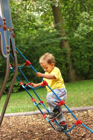 clamber: Foto del bambino giocare al parco giochi