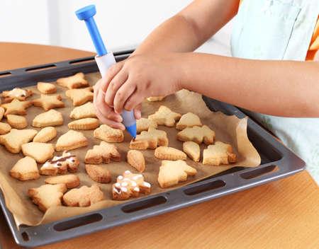 cake decorating: Detalle de ni�o manos decoraci�n cookies