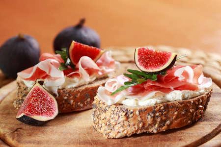 mediterrane k�che: Sandwich mit Frischk�se, Schinken, Feige und Rucola