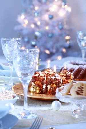 luz de velas: Configuraci�n de lugar para la Navidad en tono azul y blanco