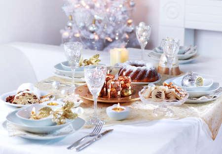 Gedeck für Weihnachten in weißen Ton
