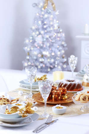 weihnachtskuchen: Gedeck für Weihnachten mit Weihnachtsbaum Lizenzfreie Bilder