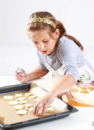 baking cookies: Carino cottura biscotti ragazza per Natale