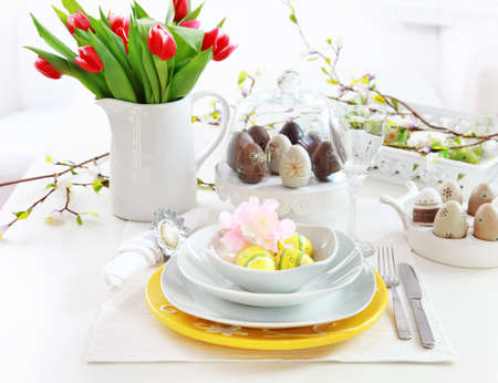 a place of life: Place setting for Easter with eggs and tulips Stock Photo