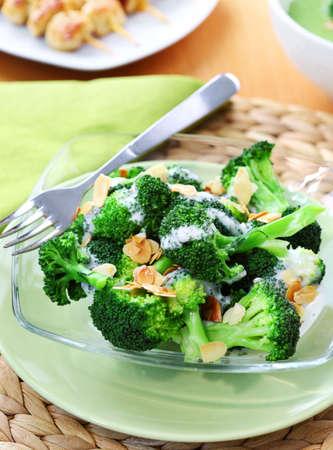 Deliciosa ensalada de brócoli con salsa de yogur y almendras tostadas Foto de archivo - 12652942