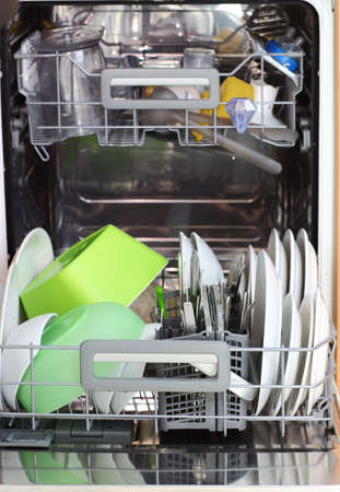 lavar platos: Abra lavavajillas con los platos