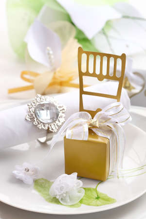 catering service: Wedding place setting in white nad golden tone