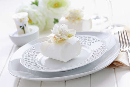 wedding guest: Luxury place setting in white with small present for the guests Stock Photo