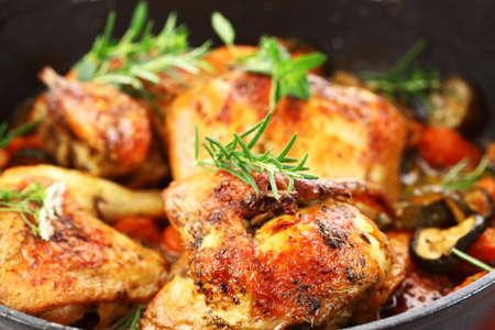 가금류: 야채와 허브 맛있는 구이 치킨