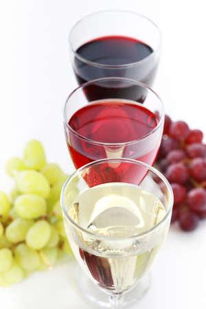 bebidas alcohÓlicas: Tres vasos de vino con uvas