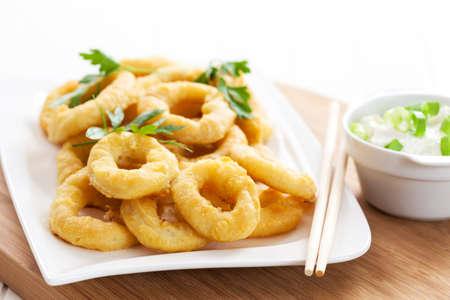 calamar: Anillos de calamares fritos con salsa de yogur de ajo Foto de archivo
