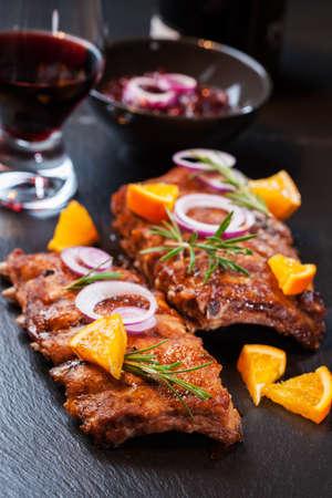 rib: Costillas a la barbacoa de repuesto marinado en salsa de naranja con las hierbas y el vino Foto de archivo