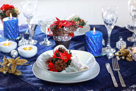 luz de velas: Configuración de lugar para la Navidad en tono azul