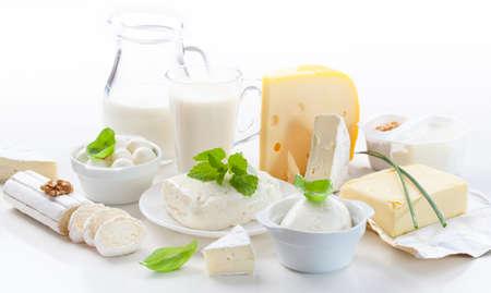 leche y derivados: Surtido de productos lácteos en el fondo blanco