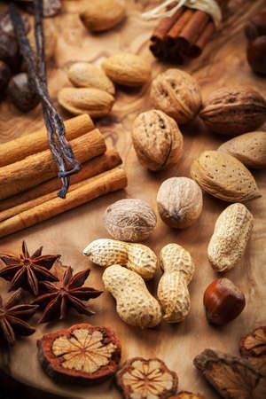 dried spice: Surtido de especias y frutos secos para la Navidad para hornear galletas