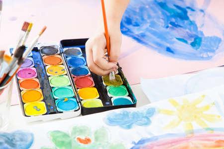hand schilderen: Detail van het kind hand schilderen met waterverf