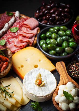 podnos: Antipasto a stravování talíř s různými masa a sýrových výrobků Reklamní fotografie