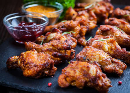 BBQ chicken wings met kruiden en dips Stockfoto