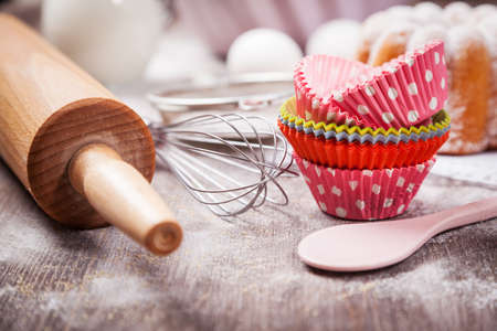 Baking utensils with cupcake cases Imagens