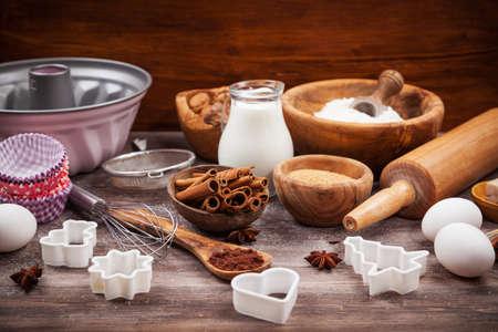 Bakken gebruiksvoorwerpen met ingrediënten voor cake of koekjes