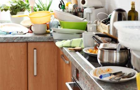 キッチン - 強迫的な買いだめ剥脱で汚れた皿の山 写真素材