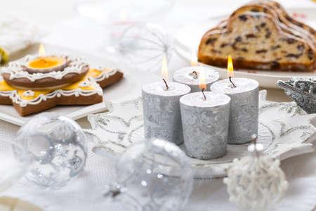 Verzierter Weihnachtstisch mit Lebkuchenkerze