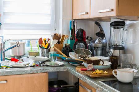 Compulsive Hoarding Syndrom – unordentliche Küche mit Haufen schmutzigen Geschirrs