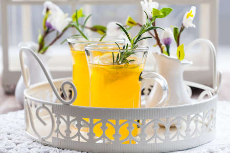 Fresh lemon drink with rosemary in glass cup Banque d'images