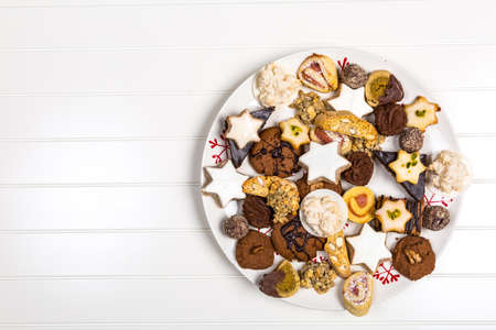 Assorted homemade Christmas cookies on wooden table Stockfoto