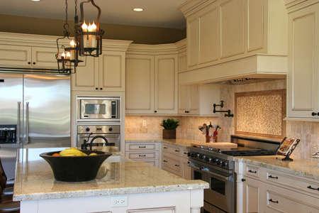 op maat: Een pas gerenoveerd modern, luxe keuken - horizontale 2. Stockfoto