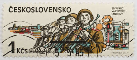 pacto: CHECOSLOVAQUIA - alrededor de 1985 un sello de Checoslovaquia muestra la imagen de los soldados y conmemora el 30 aniversario del Pacto de Varsovia, alrededor de 1985