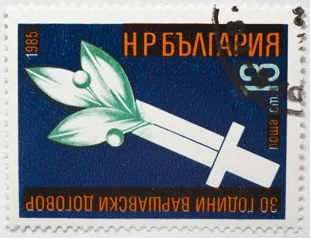 pacto: BULGARIA - CIRCA 1985 un sello de Bulgaria muestra la imagen que conmemora el 30 aniversario de la firma del Pacto de Varsovia, alrededor de 1985 Editorial