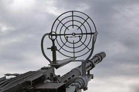 ordenanza: Tipo en el cielo a trav�s de una vista de ametralladora